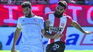 Duelo. En el balance general del partido del sábado Sebastián Domínguez neutralizó la mayoría de las veces a Javier Toledo.