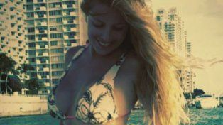 Siempre es verano para Mónica Ayos que muestra sus curvas con una bikini sexy