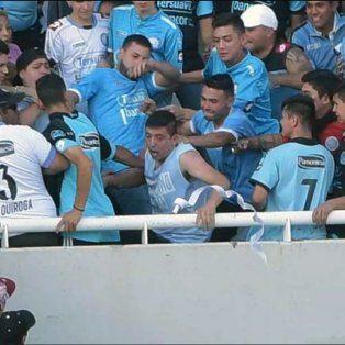 La imagen del momento previo a que el hincha de Belgrano sea arrojado de la tribuna.