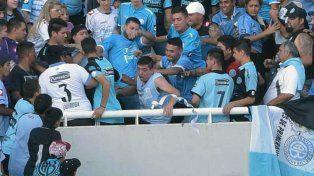 El momento en que Emanuel Balbo es arrojado desde la tribuna.