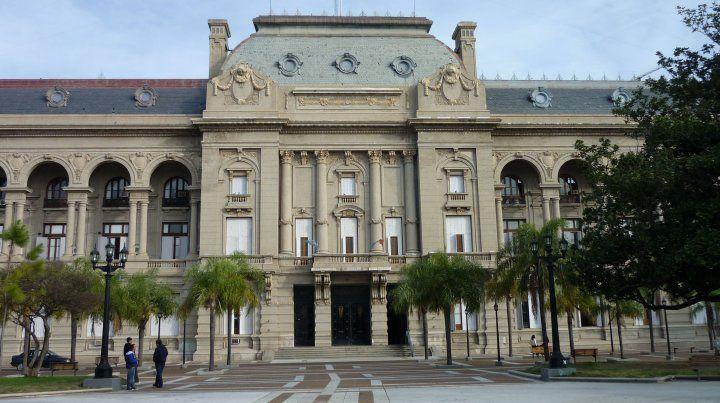 El trabajo compara sueldos de empleados públicos de la provincia y de Rosario con los de la actividad privada.