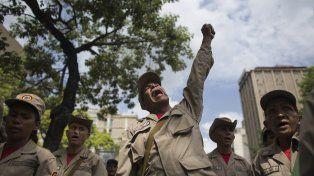 Un grupo de milicianos que desfila frente al palacio de Miraflores