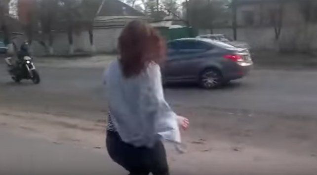 Baile fatal: se hizo la graciosa al lado de la calle y provocó un serio accidente
