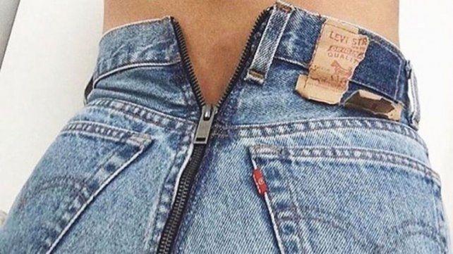Resultado de imagen para cierre en el medio de la cola, partiendo el jean en dos.