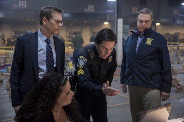 investigación. Los agentes policiales interpretados por Kevin Bacon