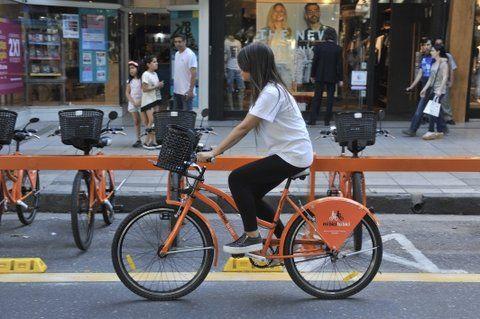 modo sustentable. El servicio público de bicicletas es una práctica que se afianza en la ciudad.