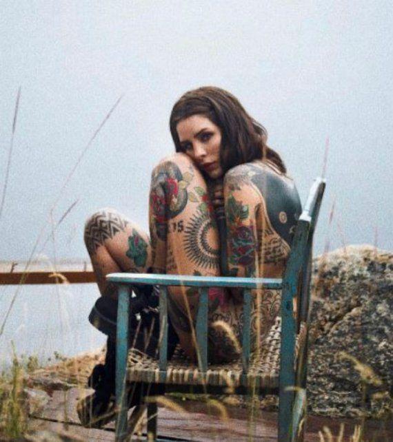 Cande publicó una nueva foto en la que aparece desnuda, súper tatuada y al natural