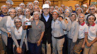 El presidente Macri posa junto a trabajadores de una fábrica de envases plásticos en Paraná.
