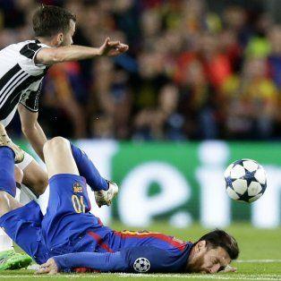 Dura caída. Lionel Messi cayó mal y tuvo que ser asistido por los médicos tras saltar a cabecear la pelota.