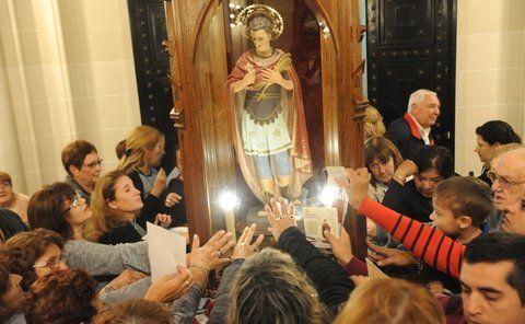 devoción en aumento. La figura de San Expedito fue venerada ayer en el templo por miles de fieles rosarino. Luego