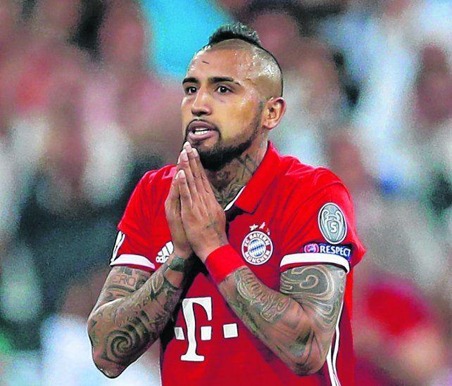 Sin consuelo. Arturo Vidal no puede creer que lo hayan amonestado por segunda vez sin siquiera haber rozado al rival. Bayern Munich fue eliminado el martes de la Championsen el alargue por Real Madrid.