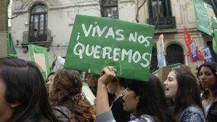 Rosario y una de las movilizaciones en contra de la violencia de género.