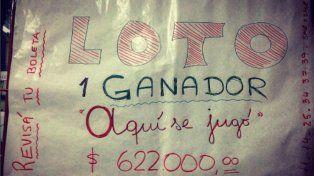 El cartel que figura en la puerta del comercio donde se vendió la boleta ganadora.