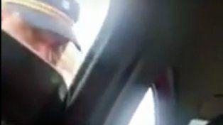 La imagen muestra el momento en el que el policía habla con el conductor.