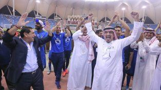 La celebración de Ramón junto a dirigentes y jugadores del equipo campeón.
