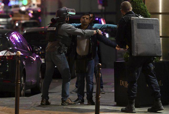 Publicó un video en las redes sociales y asegura que es del tiroteo de París