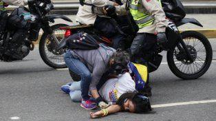 desprotección. Una manifestante intenta asistir a una mujer desvanecida. A su lado