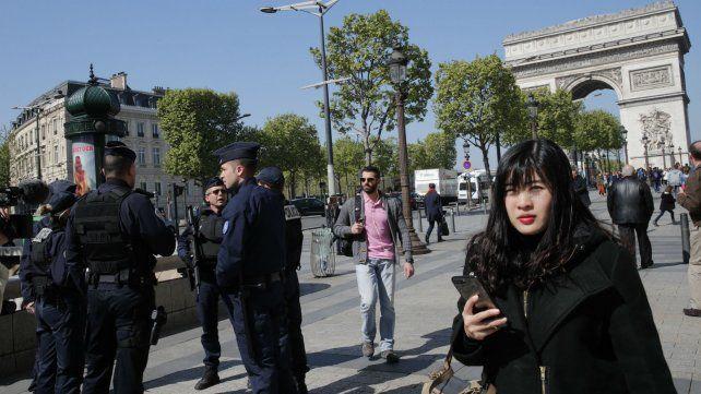 Fuerte vigilancia militar en los principales puntos de la capital francesa.