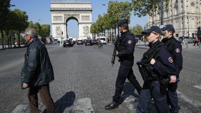Efectivos militares custodian los principales puntos de la capital francesa.