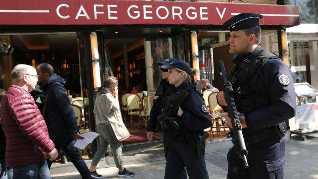 Efectivos militares custodian el centro de París.