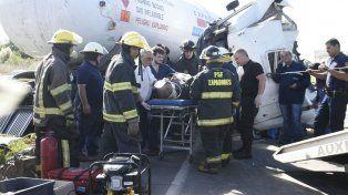 El chofer del camión cisterna logró ser rescatados por los bomberos a media tarde.