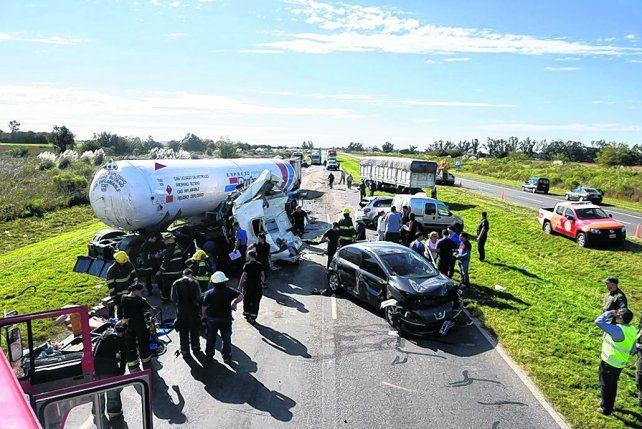 Desastre. La autopista quedó bloqueada por los vehículos
