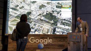 Innovación. Uno de los ingenieros de la compañía presentando esta semana adelantos en Google Earth.