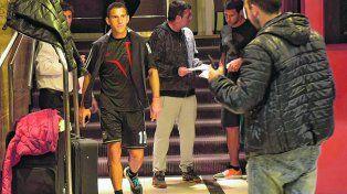 Llegada. Maxi se dirige al ascensor a minutos de ingresar al hotel. Detrás