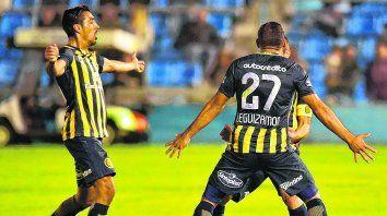 Abrazo. Leguizamón se apresta a felicitar al autor del segundo gol ante Temperley, Ruben. Se suma Camacho.
