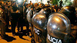 Efectivos de la Policía de Santa Cruz avanzaron sobre los manifestantes.
