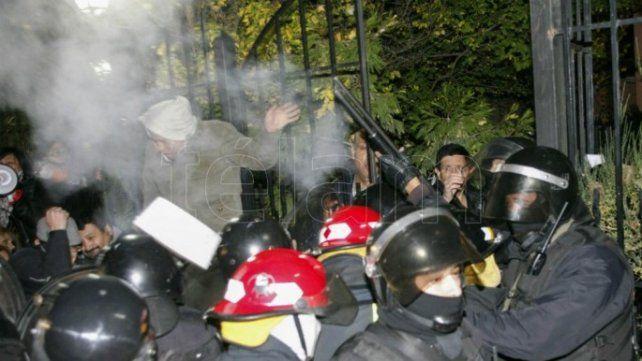 Incidentes frente a la casa de la Alicia Kirchner: hay heridos