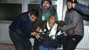 Un reportero gráfico sufrió una herida en la cabeza.