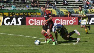 Maxi deja en el camino a Campodónico y se apresta a anotar el segundo tanto de la Lepra ante Aldosivi.