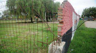En construcción. El Club 17 de Agosto, España al 6400, está levantando el muro para proteger a 90 chicos.