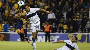 El delantero Marco Ruben disputa la pelota con el defensor Romero.
