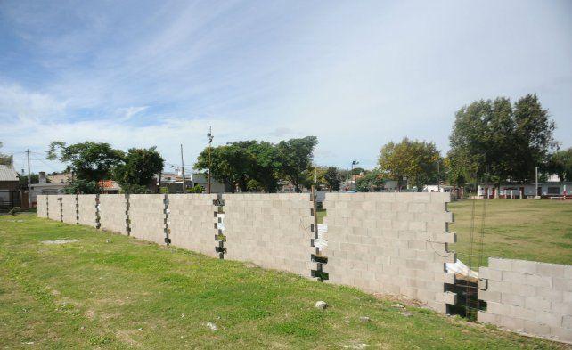 En el Club Defensores de América se empezó a construir un muro luego de que 2 chicos fueron heridos de bala.