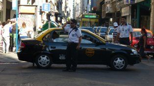 Inspectores. Agentes de la Secretaría de Control fiscalizando el tránsito y los servicios públicos en el centro.