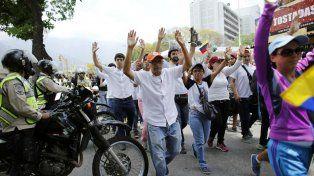 En calma. Opositores marchan con las manos en alto para evitar la represión de las fuerzas policiales.