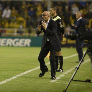 Metido. Paolo Montero da indicaciones de manera vehemente. Como siempre, vivió el partido a full.