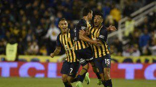 Grito de gol. Camacho acaba de marcar el tanto de la igualdad transitoria. Lovera y Bordagaray corren para festejar.