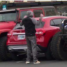 Dejó su auto mal estacionado y dos conductores le dieron una lección para que aprenda
