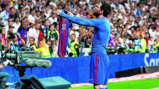 De cara a la tribuna. La Pulga acaba de marcar el gol del triunfo y lo festeja con la azulgrana en la mano.