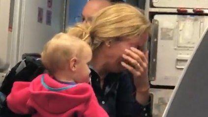 Un empleado de American Airlines agredió a una mujer con bebé en brazos
