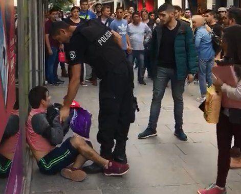 La policía logró reducir a un grupo de vendedores ambulantes que se pelearon en la peatonal Córdoba.
