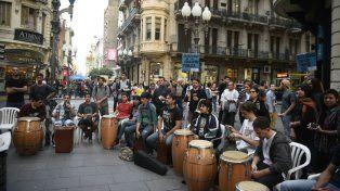 Los alumnos del profesorado, en una movida realizada en la peatonal.