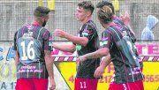 A festejar. Horacio Martínez, quien luce el número 11, es el goleador de Cañuelas y de la divisional C. Hoy buscará doblegar a los centrales Leguizamón y Alfani. ¿Podrá?