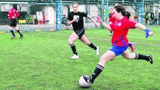 Con los cortos. Por ahora son una treintena de chicas que juegan en Central Córdoba, van de los 11 años en adelante.