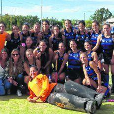 Juntos a la par. Jugadoras y cuerpo técnico celebraron el bronce que les permitió subir en el torneo más importante a nivel de clubes organizado por la Confederación Argentina.
