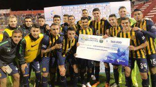 Los jugadores de Central posan con el cheque que recibieron tras el triunfo ante Cañuelas.