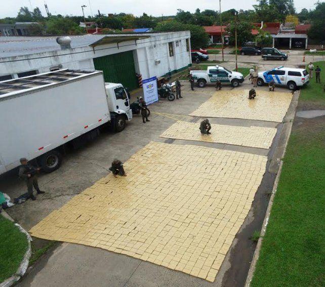 Impresionante. Los 3.780 ladrillos de marihuana esparcidos en el piso.